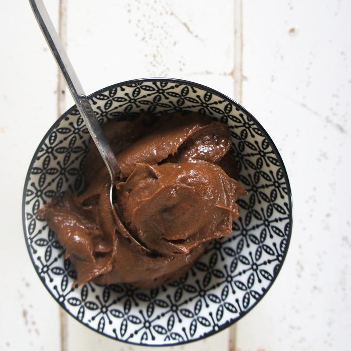 Helado Chocolatoso con maní y frambuesas