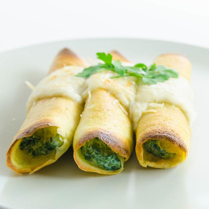Panqueques de harina de avena rellenos de ricota, espinaca y aceitunas